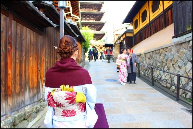 着物を着た女性が京都を散策する画像