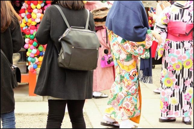 高台寺を歩く着物を着た女性と観光客の画像