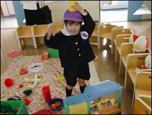 幼稚園で遊ぶ男の子の画像