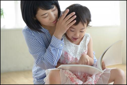 子供の頭を撫でるお母さんの画像