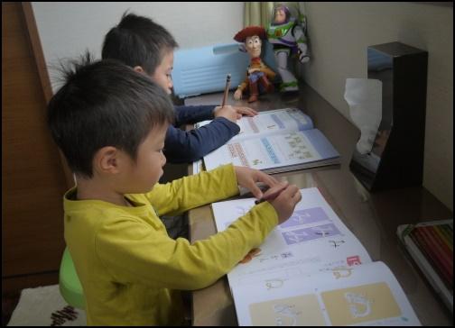 勉強する5歳児の画像