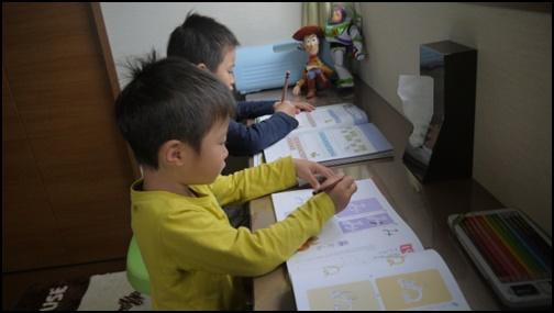 5歳児の男の子2名が勉強している画像