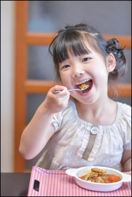 食事する女の子の画像