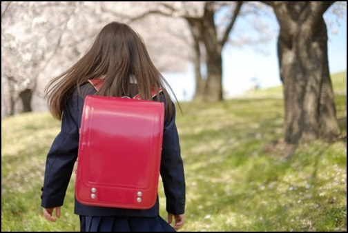 ランドセルを背負う女の子の画像