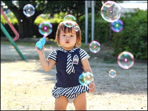 1歳児がシャボン玉で遊ぶ画像