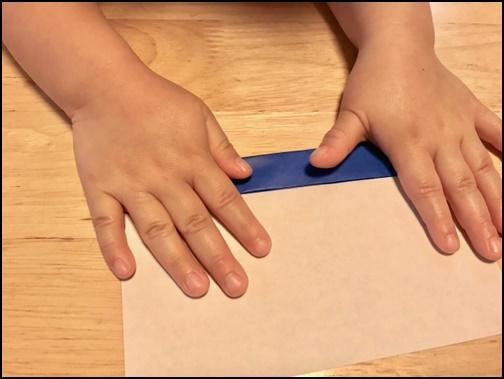 子供が折り紙を折る画像