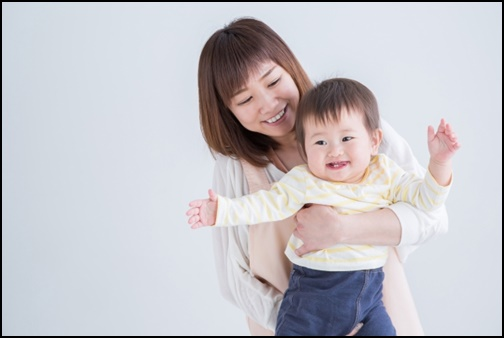保育士と幼児の画像