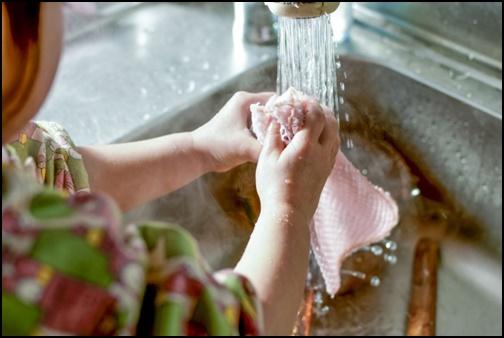 洗い物をする女の子の画像