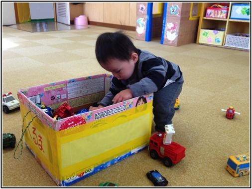 おもちゃを探す子供の画像