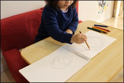 お絵描きする女の子の画像