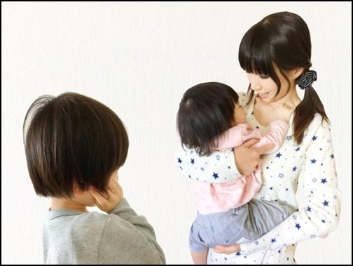 妹がお母さんに抱っこされてうらやましい画像