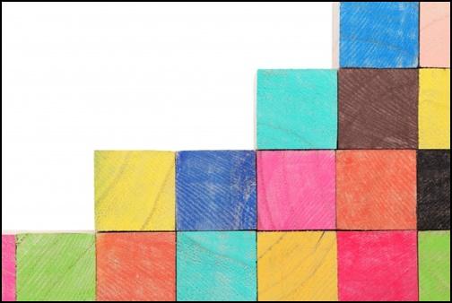 色付きされた積み木の画像