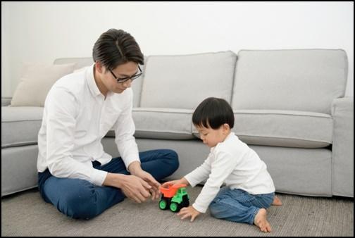 父親と男の子の画像