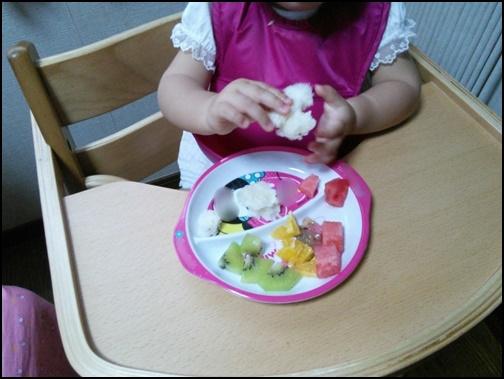 1歳児がリニュー食を手づかみする画像