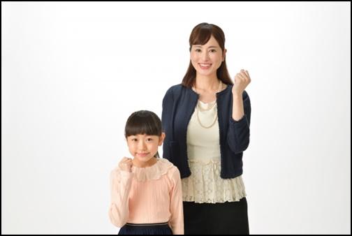 母親と小学生の娘の画像