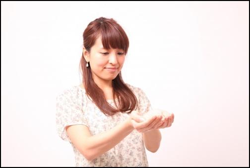女性が手の平ですくうポーズの画像