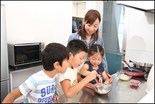 料理をお手伝いする子供たちの画像