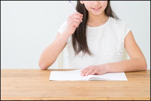 ノートに書いて勉強する女性の画像