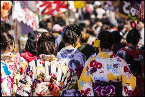 京都で着物を着た女性達の後ろ姿の画像