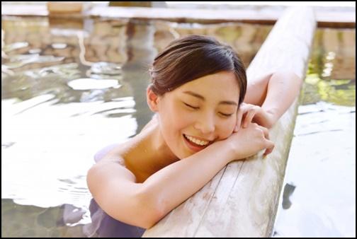 女性が温泉に入っている画像