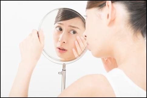 顔の肌を確認する女性の顔