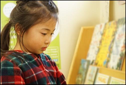 図書館で本を読む女の子の画像