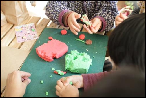 粘土遊びをする子供の画像
