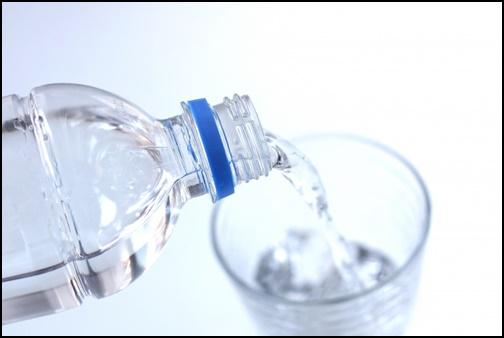 ペットボトルから水を灌ぐ画像