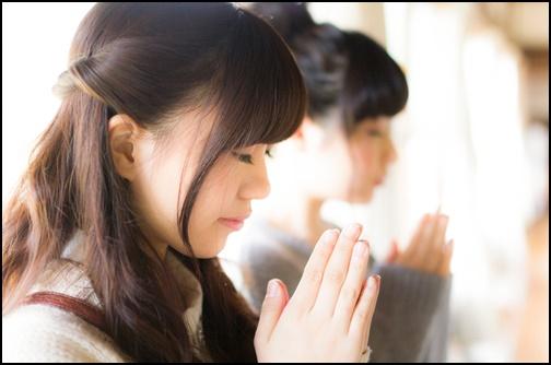 祈願する女性の画像