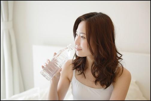 水分補給する女性の画像