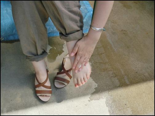 足に日焼け止めを塗る画像