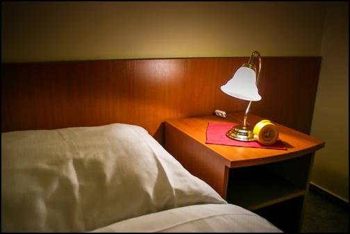 シングルルームのベットの画像