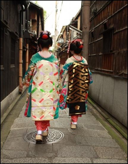 舞妓さん二人が歩いている画像