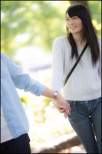 手を繋いで笑顔の女性
