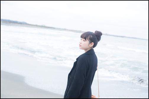 浜辺を歩く女性の画像