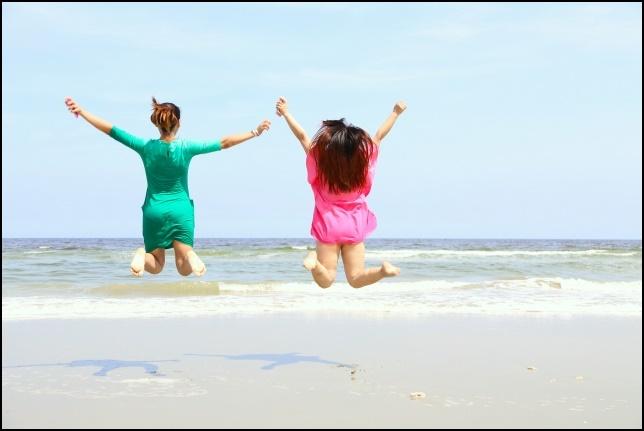 ビーチでジャンプする女性の画像