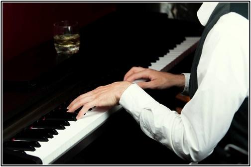 ピアノ演奏している男性の画像