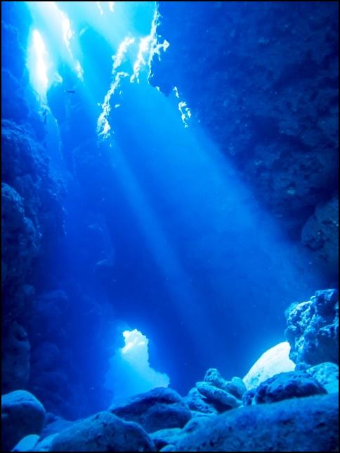 青の洞窟の澄んだ海水の画像