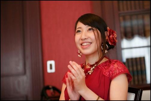 笑顔で拍手している女性の画像