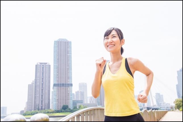 マラソンする女性の画像