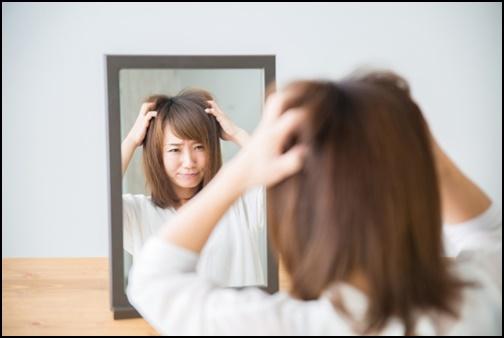 頭の髪の毛をむしゃくしゃする女性のが画像