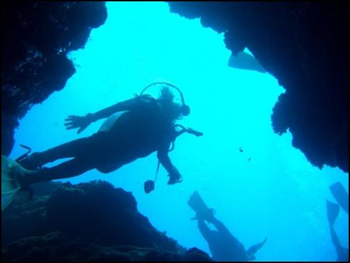 青の洞窟でスキューバーダイビングをしている画像