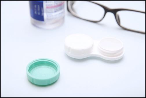メガネとコンタクトレンズの画像