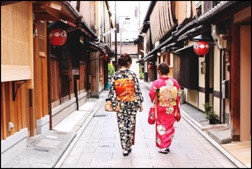京都女子旅・着物を着て歩く女性二人の画像