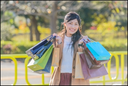 買い物をして笑顔の女性の画像