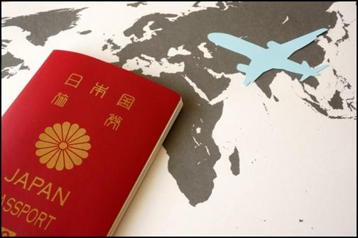 パスポートと飛行機の画像