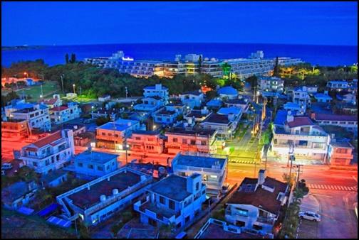 沖縄の夜の街の画像