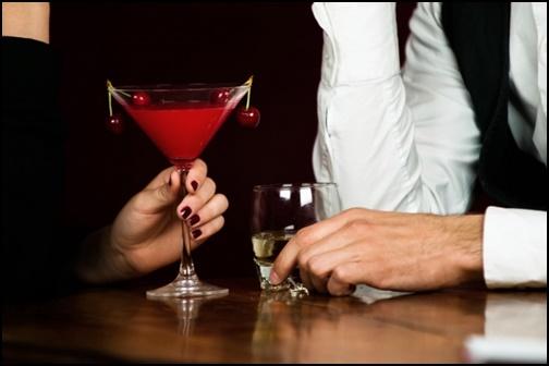 フリー バーでお酒を飲む男女の画像