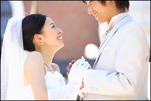 大学生の結婚式で見つめるカップル画像