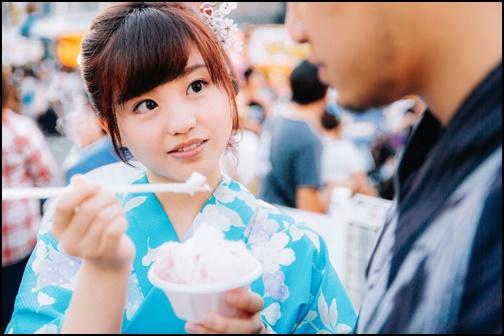 彼氏にかき氷を食べさせる女性の画像
